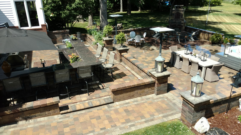 outdoor-living-space-kitchen-patio-retaining-wall-fireplace